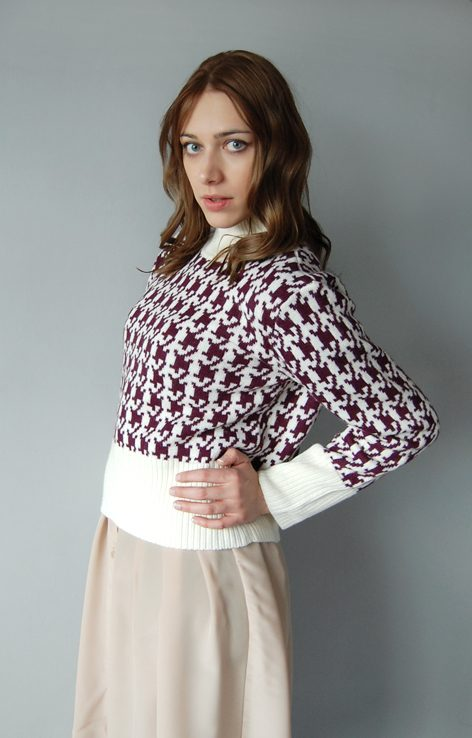 Krótki zimowy sweter z golfem wzór kremowo-fioletowa pepitka