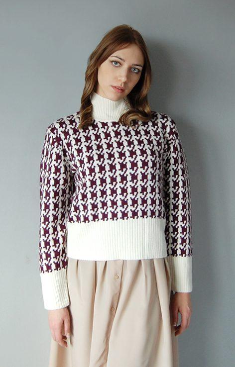Krótki sweter z golfem wzór kremowo-fioletowa pepitka