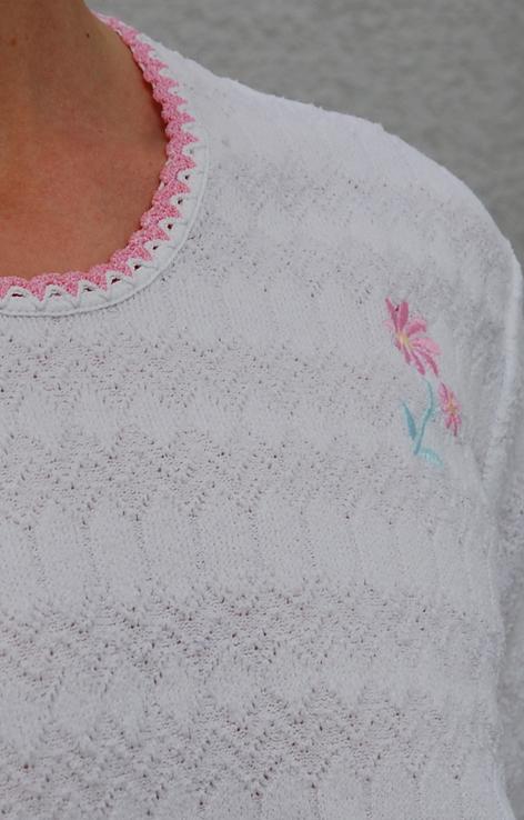 Ażurowy sweterek z różowym haftowanym kwiatkiem