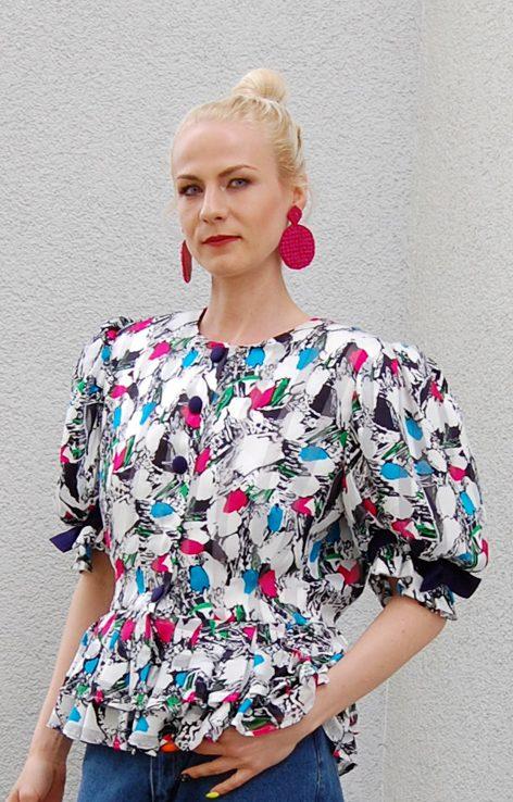 Kolorowa bluzka z krótkim rękawem w stylu lat osiemdziesiątych