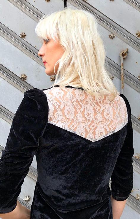 czarna welurowa sukienka z biala koronka