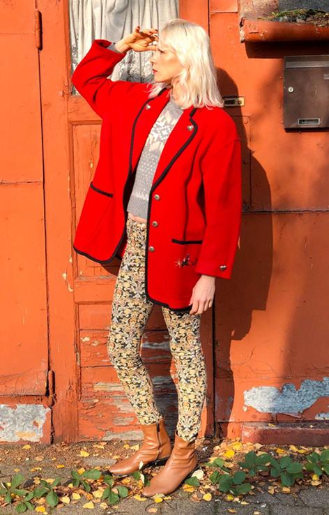 czerwony plaszczyk w stylu bawarskim