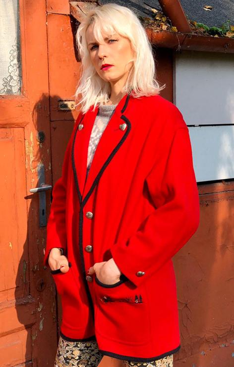 czerwony plaszczyk z kieszeniami