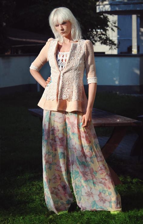 Pastelowa marynarka z koronka w stylu lata 60.