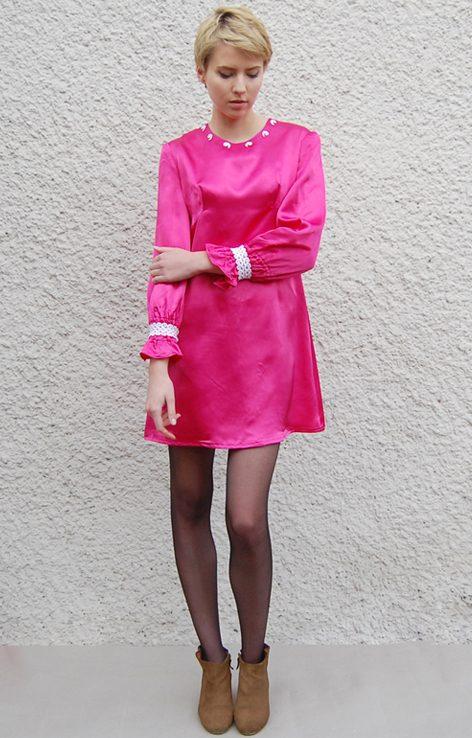 Różowa atłasowa sukinke z białą koronką lata 60