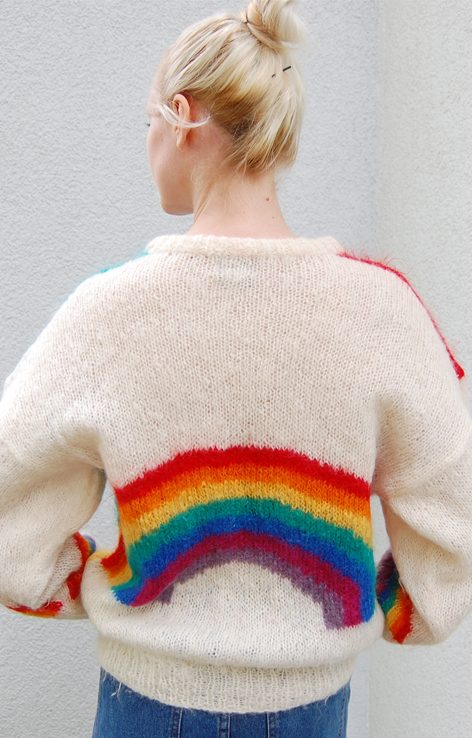 Sweter z tęczą na plecach