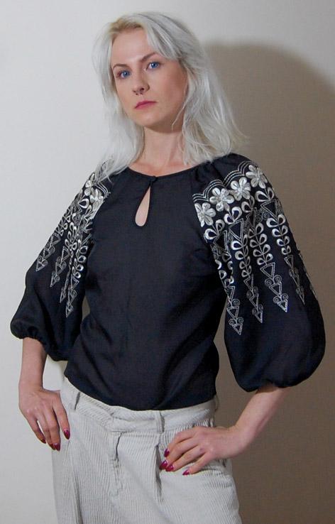 czarna-haftowana-bluzka-lata-70