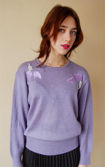 Wrzosowy sweterek retro z aplikacją w formie winogron wykonaną z perełek