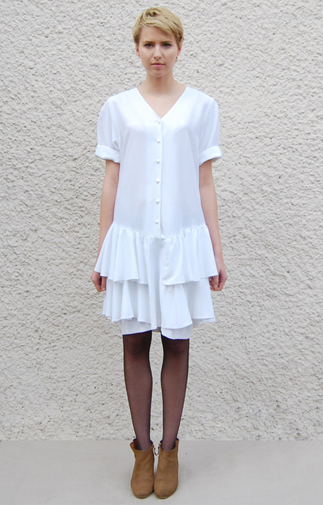 biala-sukienka-z-falbankami-zapinana-na-guziki