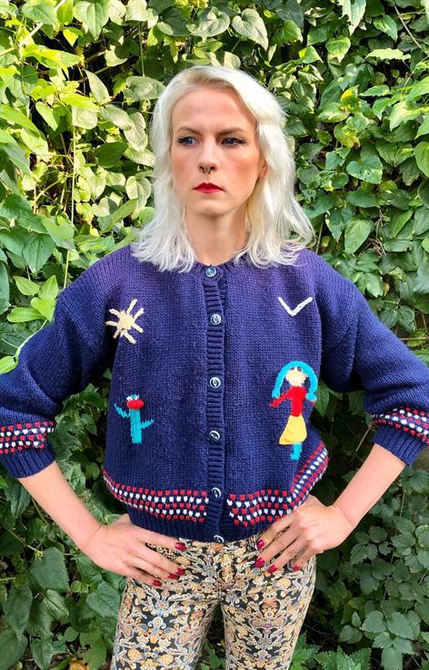 dziergany sweter niebieski z palma