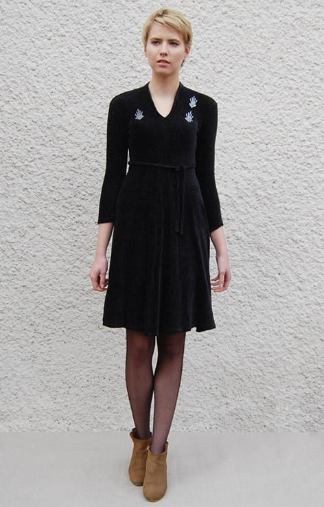 welurowa-czarna-sukienka-wiazana-w-talii