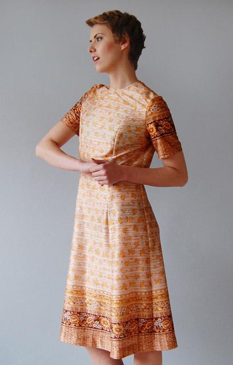wzorzysta-sukienka-retro-krotki-rekaw-lata-60