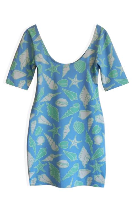 Elastyczna sukienka miętowo niebieska wzór muszle rozgwiazdy głęboki dekolt plecy