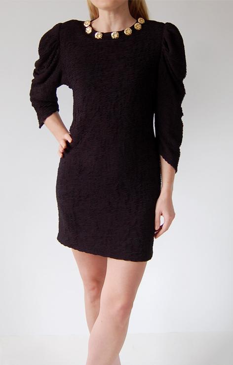 czarna-sukienka-mini-zlote-guziki-dekolt-versace