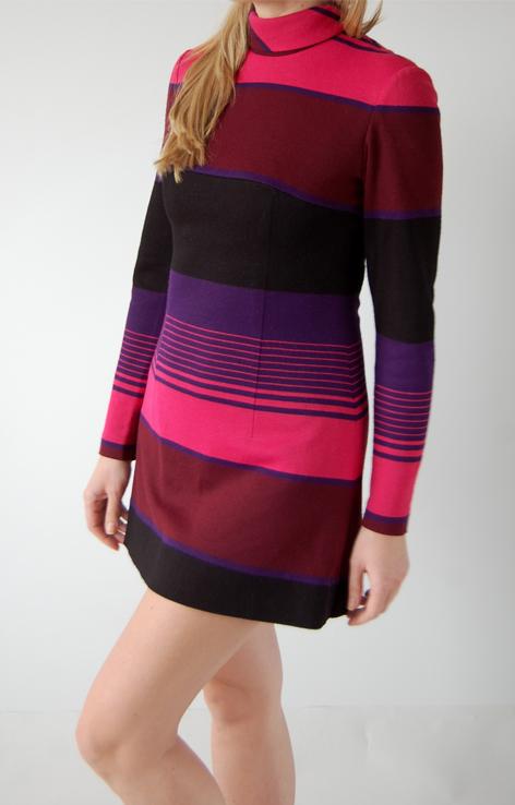 sukienka-mini-lata-60-pasy-rozowo-fioletowe-stojka
